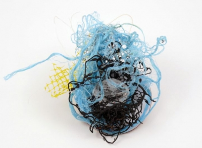 Broche - Cordages, filet, algues retrouvés sur la plage, cristal de roche, laiton émaillé, laiton, fil d'acier