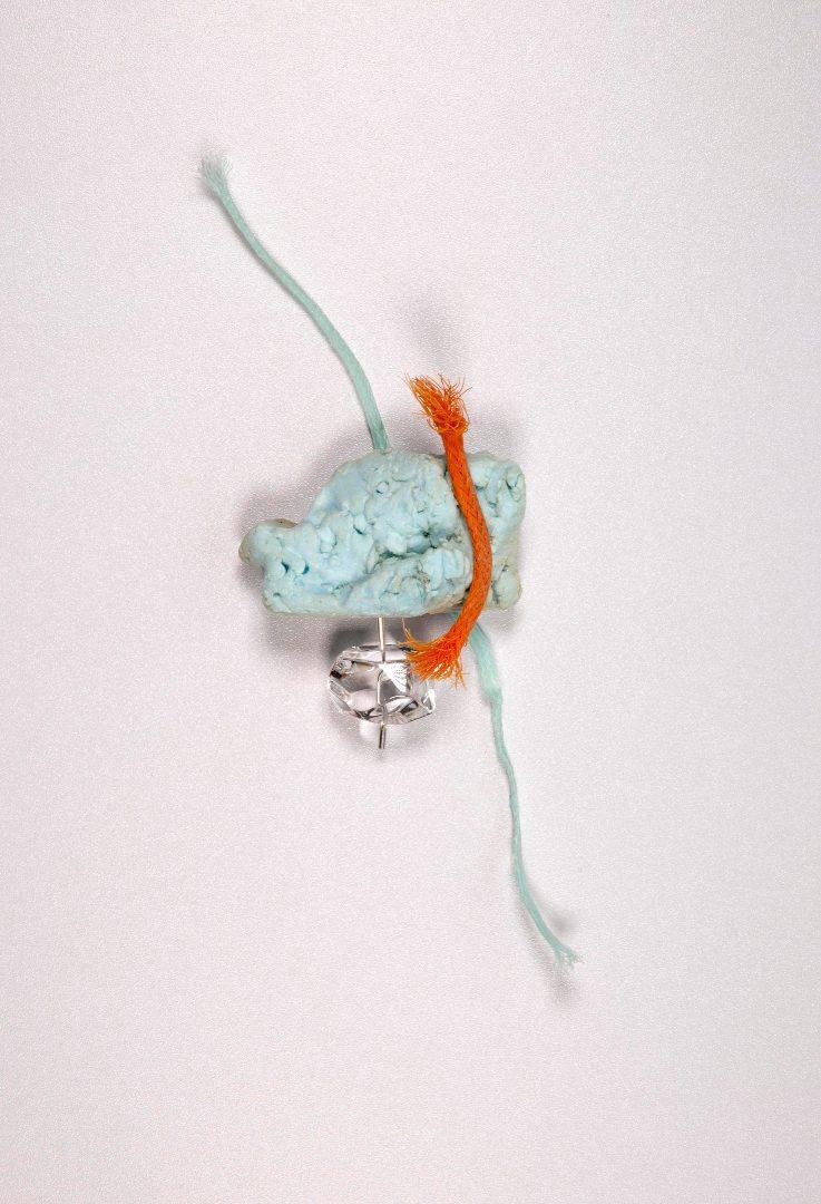 Broche - Polyuréthane, cordages, plastique retrouvés sur la plage, cristal de roche, nickel, argent